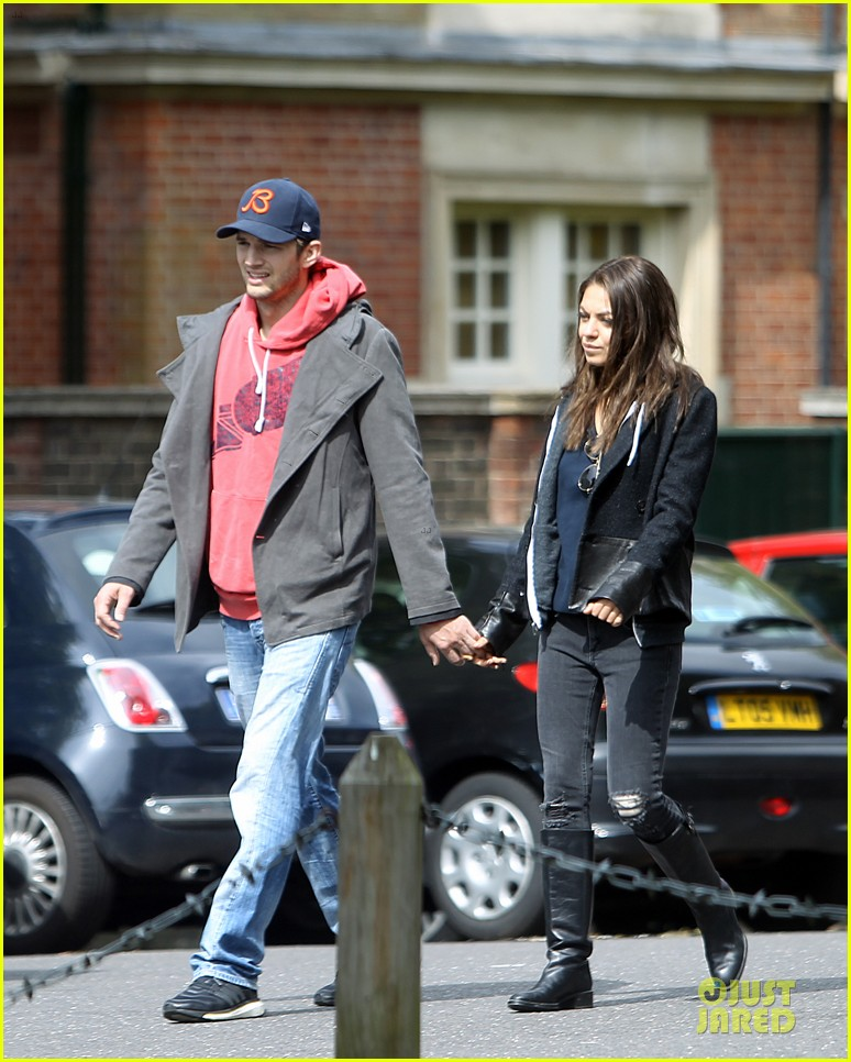 mila kunis ashton kutcher london coffee with the parents 112872768