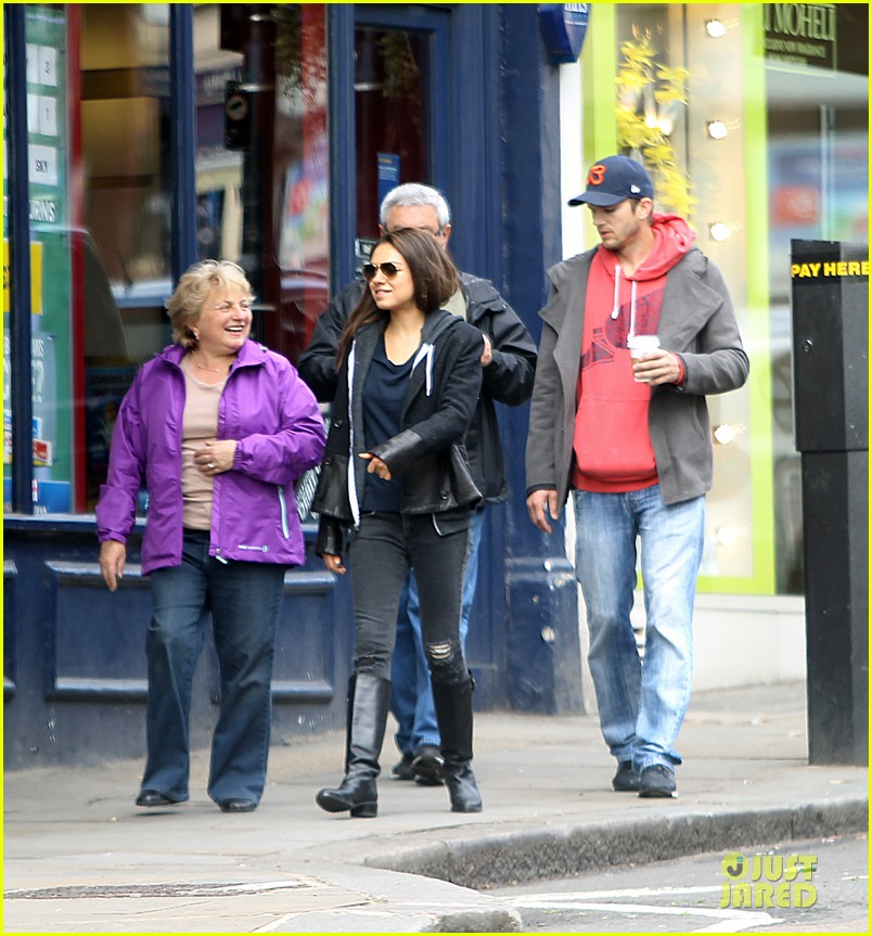 mila kunis ashton kutcher london coffee with the parents 17