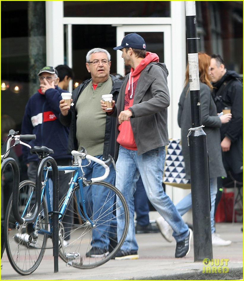 mila kunis ashton kutcher london coffee with the parents 21
