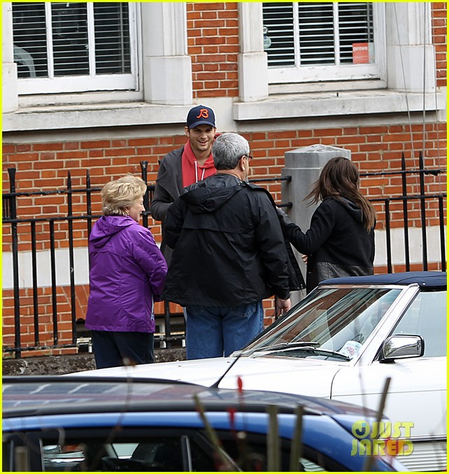 mila kunis ashton kutcher london coffee with the parents 27