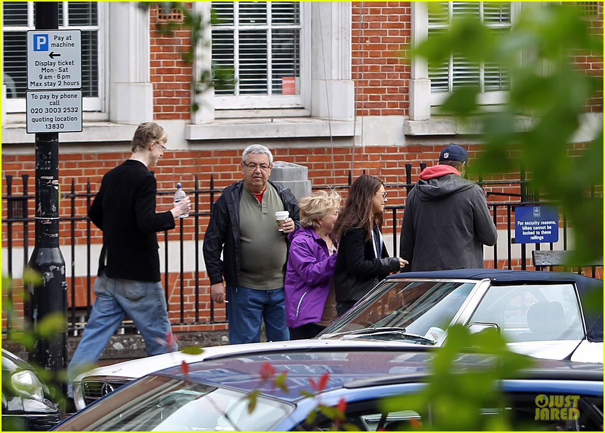 mila kunis ashton kutcher london coffee with the parents 302872787