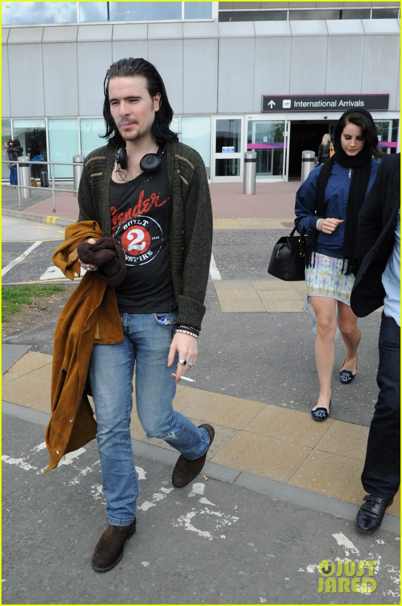 lana del rey scotland arrival with boyfriend barrie james oneill 032873421
