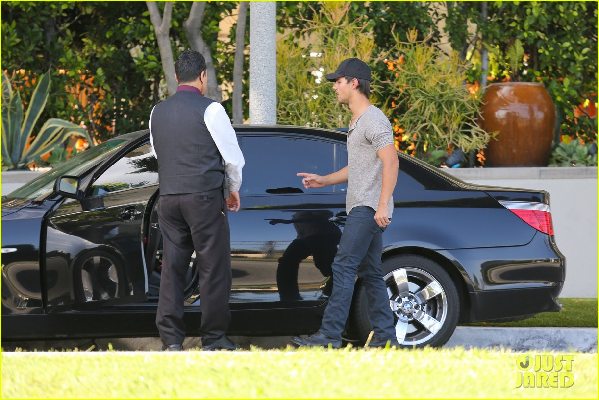 taylor lautner needs jump start after hotel meeting 102867192