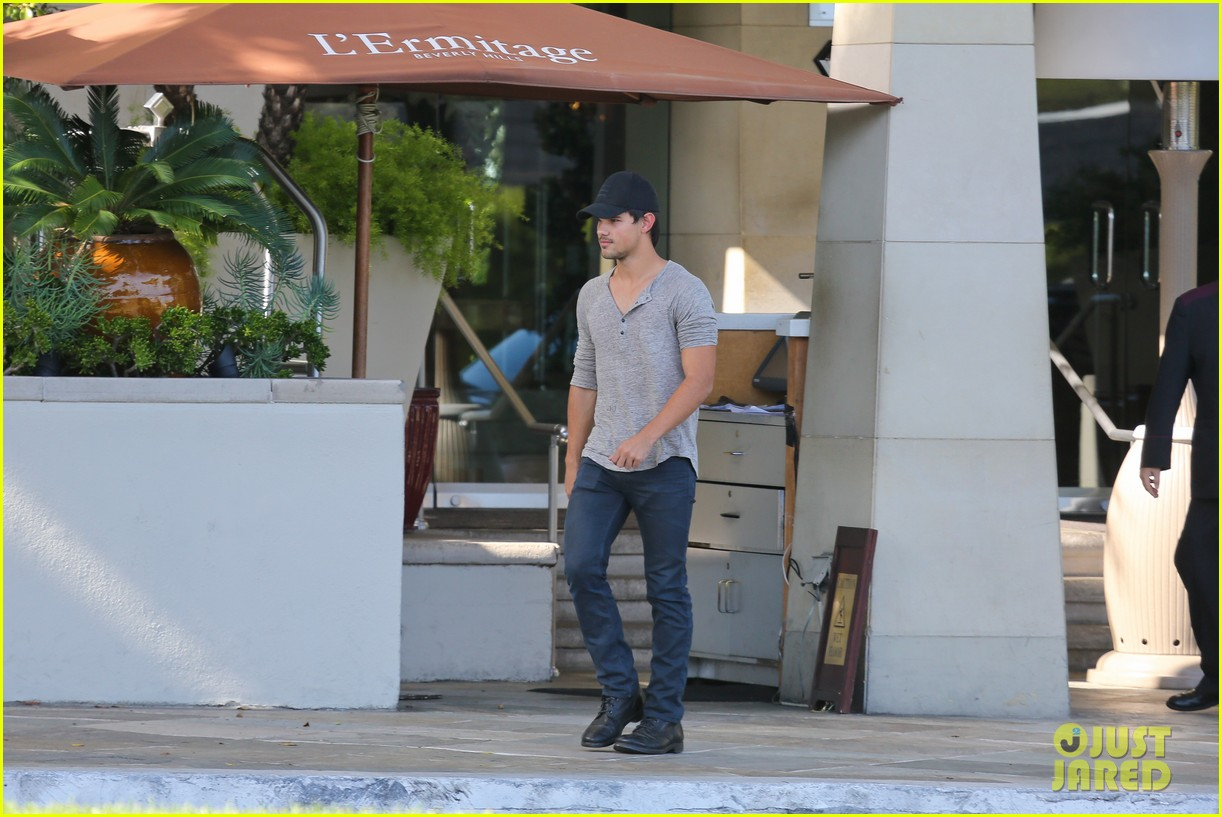taylor lautner needs jump start after hotel meeting 112867193