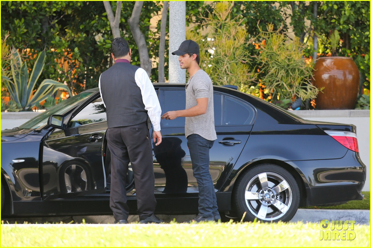 taylor lautner needs jump start after hotel meeting 18