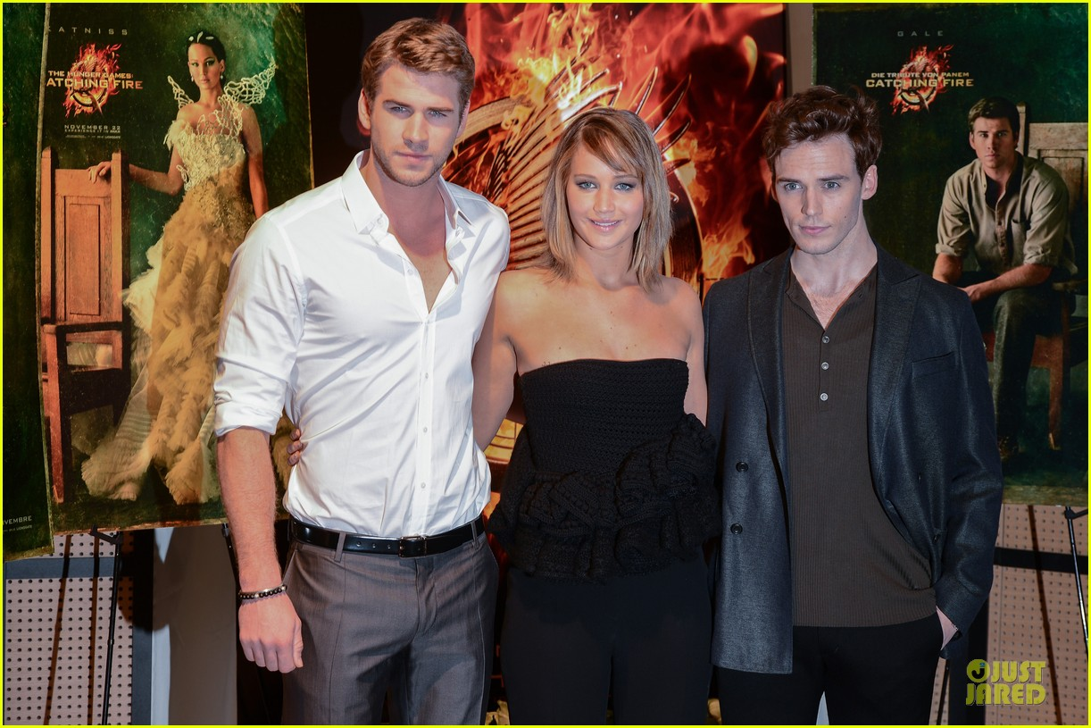 jennifer lawrence liam hemsworth catching fire cannes photo call 042872727