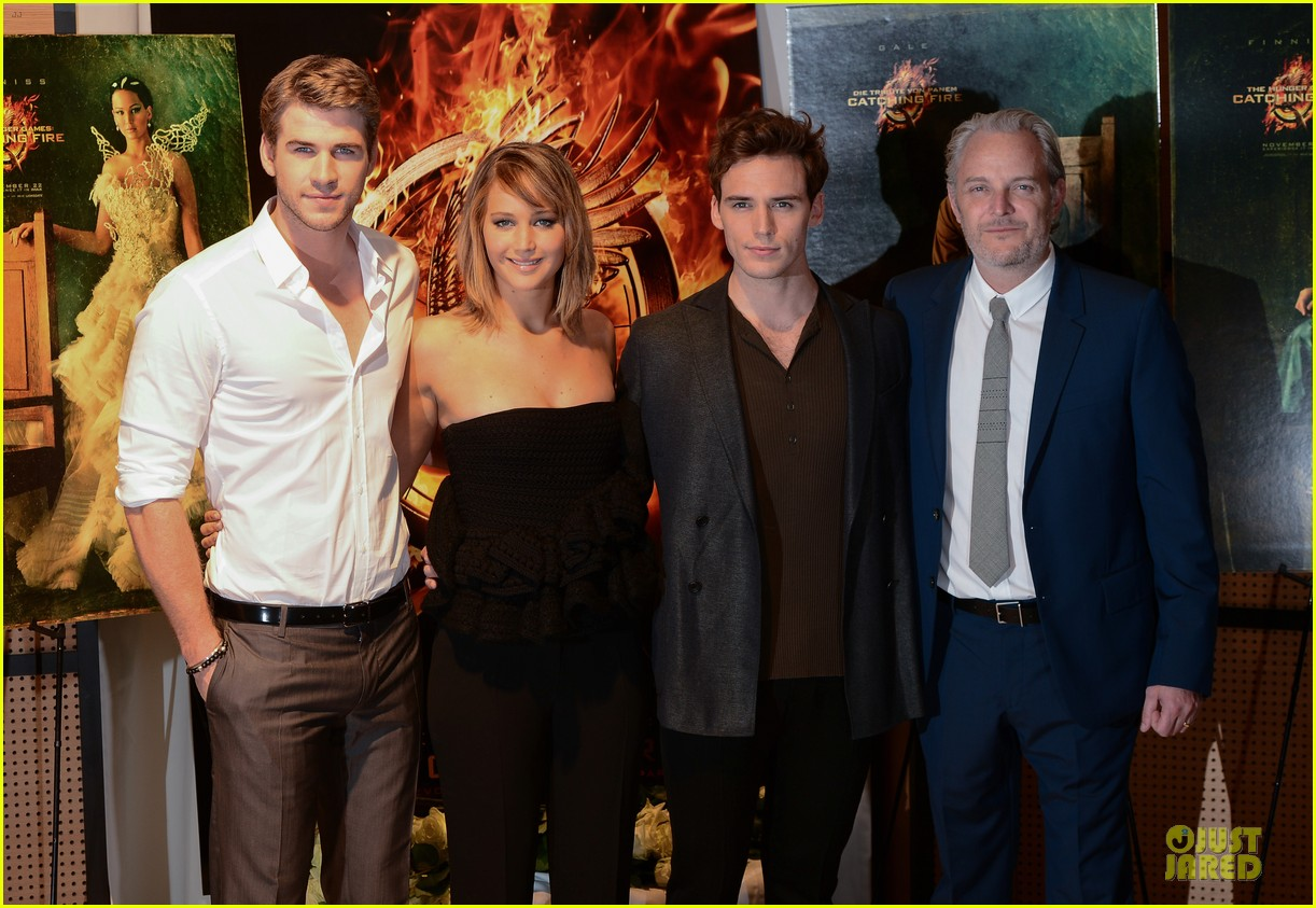 jennifer lawrence liam hemsworth catching fire cannes photo call 052872728
