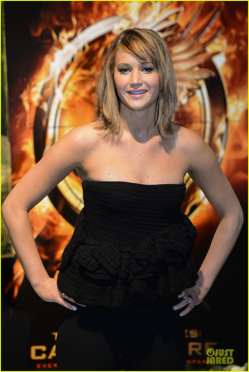 jennifer lawrence liam hemsworth catching fire cannes photo call 062872729