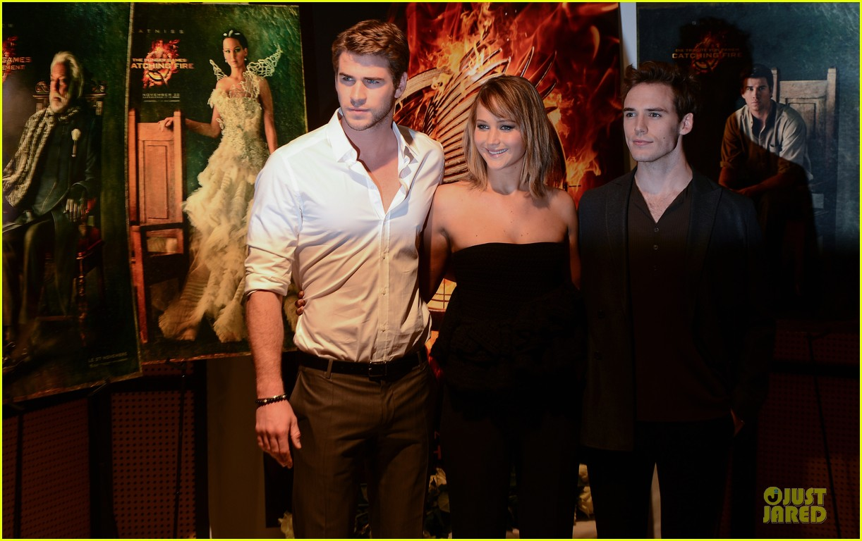 jennifer lawrence liam hemsworth catching fire cannes photo call 092872732