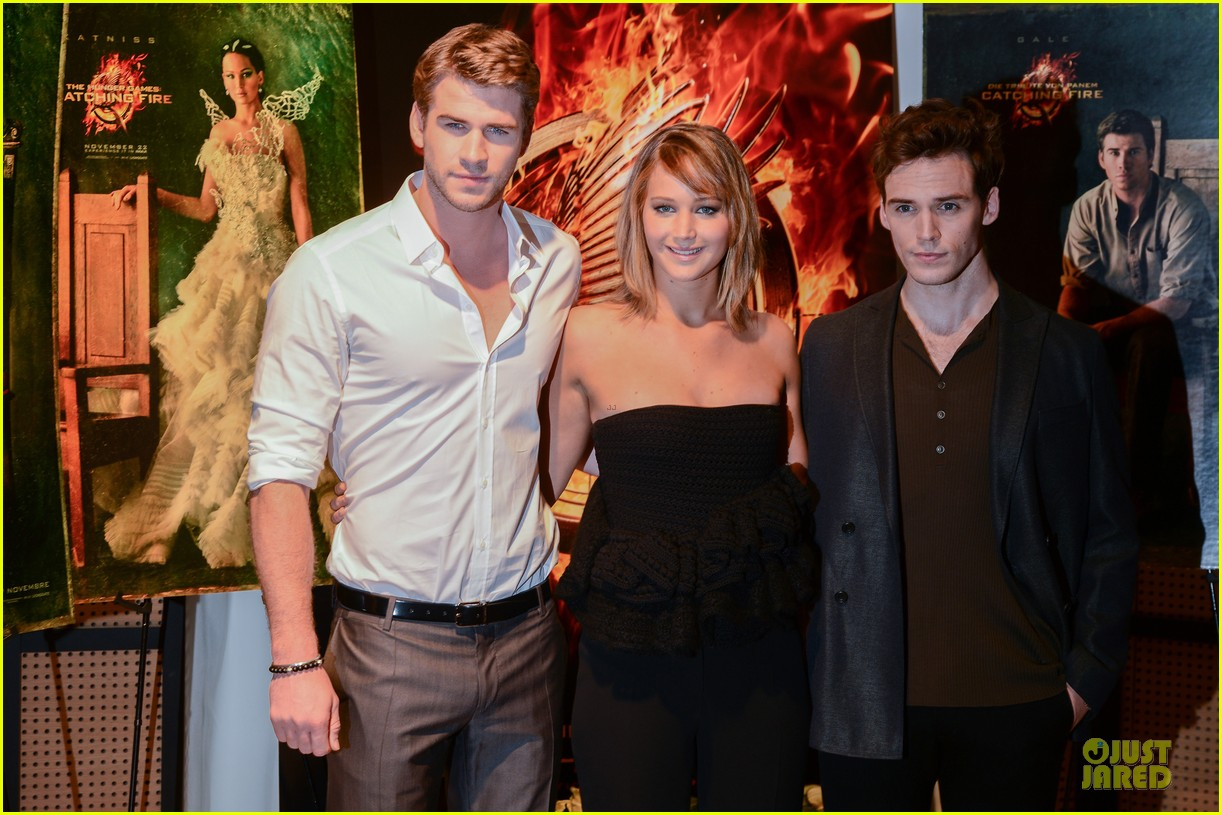 jennifer lawrence liam hemsworth catching fire cannes photo call 102872733