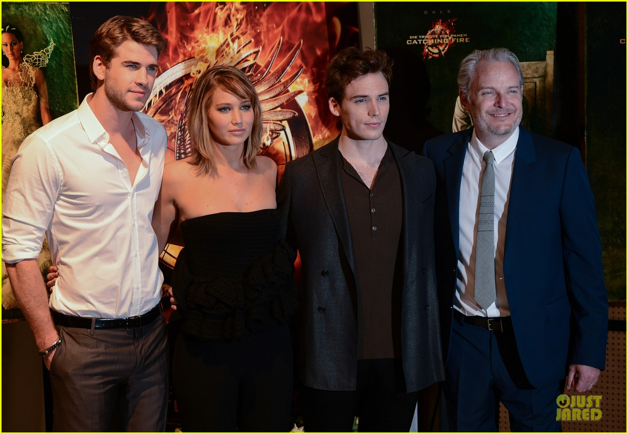 jennifer lawrence liam hemsworth catching fire cannes photo call 14