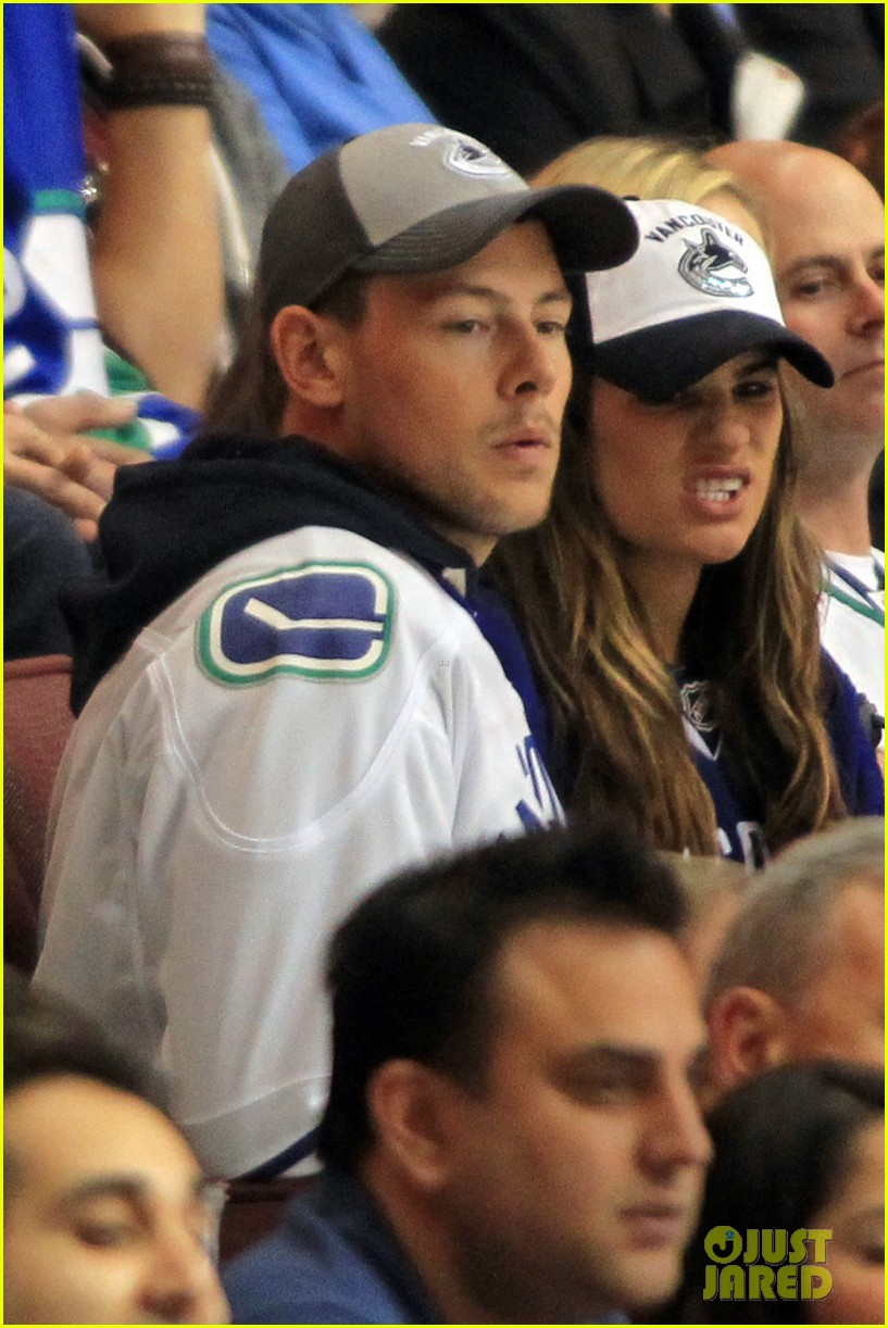 lea michele cory monteith cheer on the canucks 02