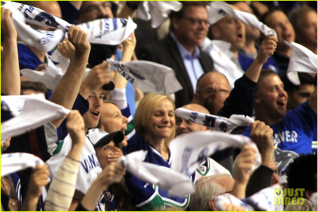lea michele cory monteith cheer on the canucks 042862404