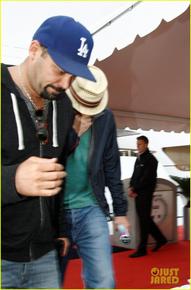 leonardo dicaprio hides face after clubbing at cannes 032874492