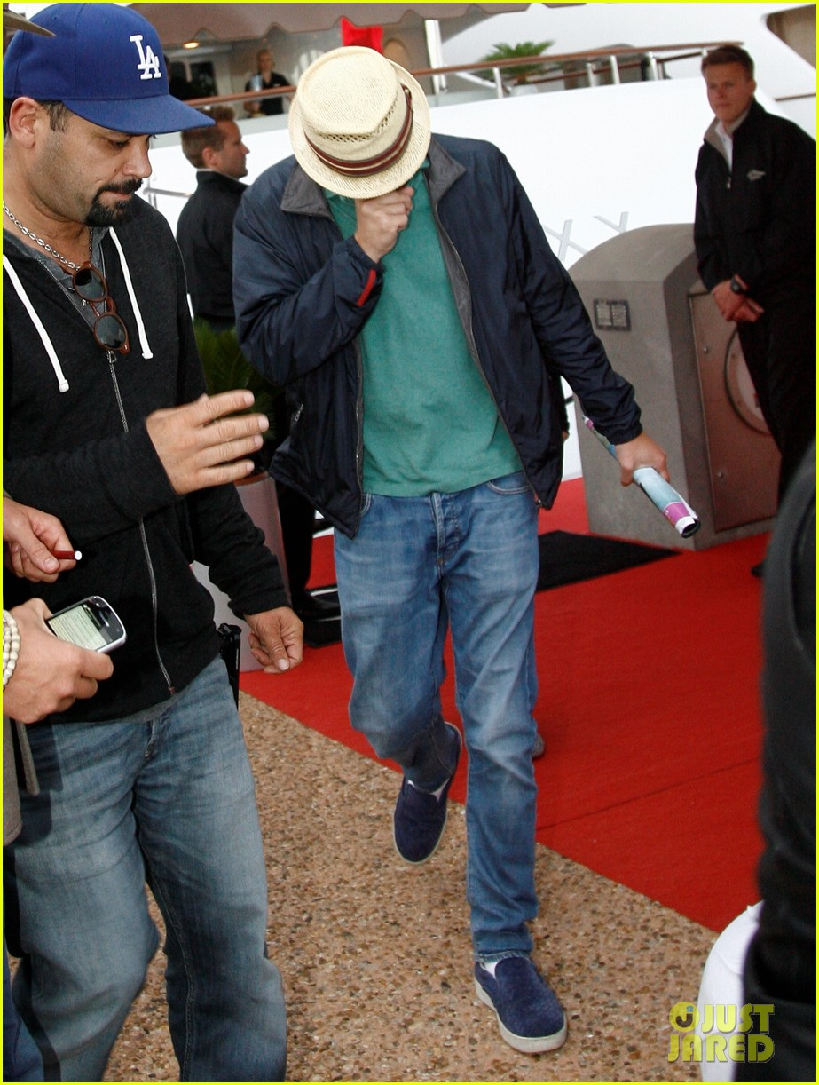 leonardo dicaprio hides face after clubbing at cannes 092874498