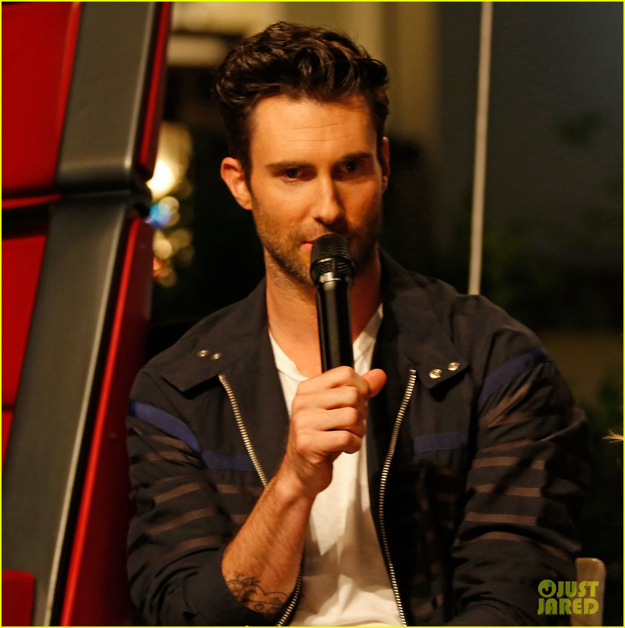 adam levine shakira the voice on extra 032865821