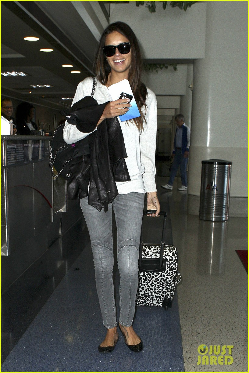adriana lima heads to nyc after delayed flight 03