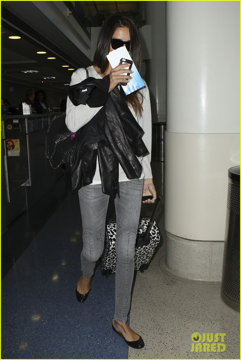 adriana lima heads to nyc after delayed flight 09