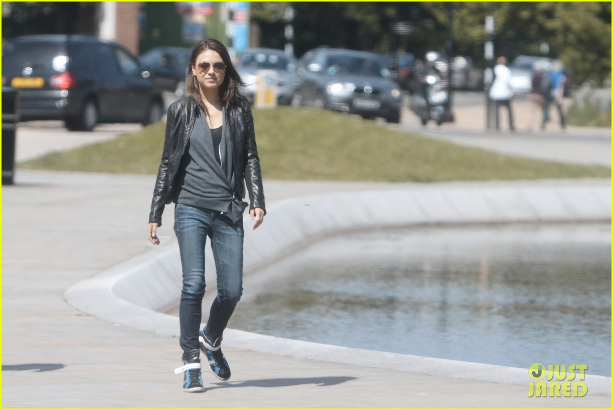 mila kunis takes a london stroll with her parents 032878609