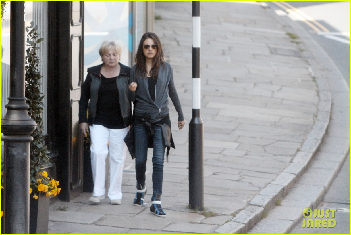 mila kunis takes a london stroll with her parents 092878615