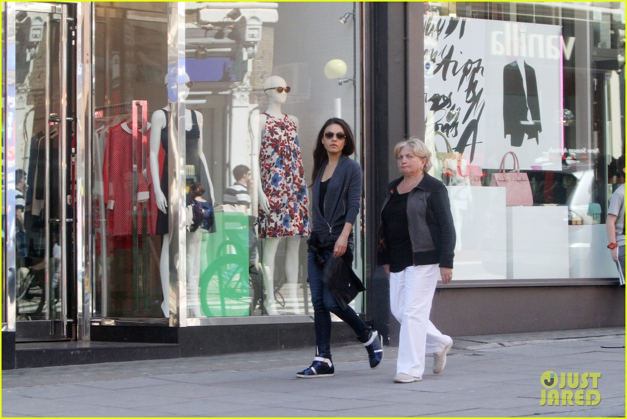 mila kunis takes a london stroll with her parents 122878618