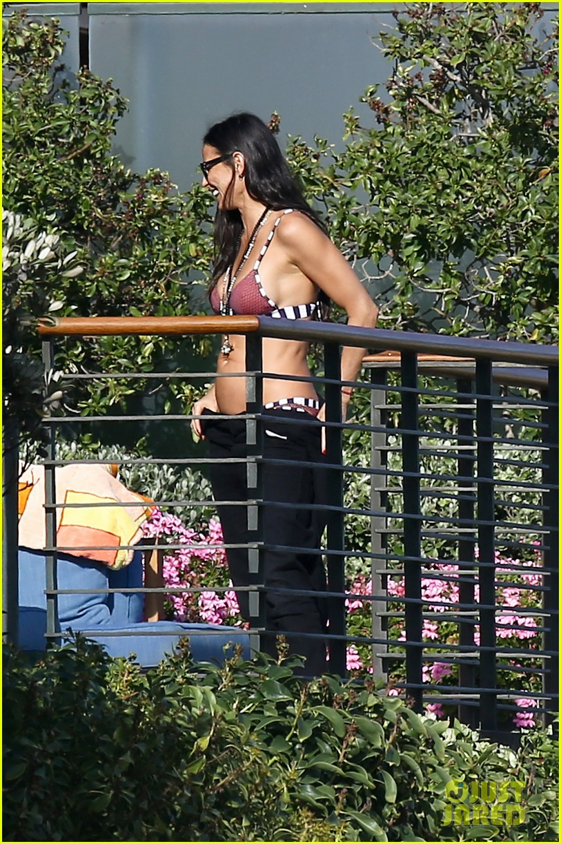demi moore rocks bikini poolside in malibu 07