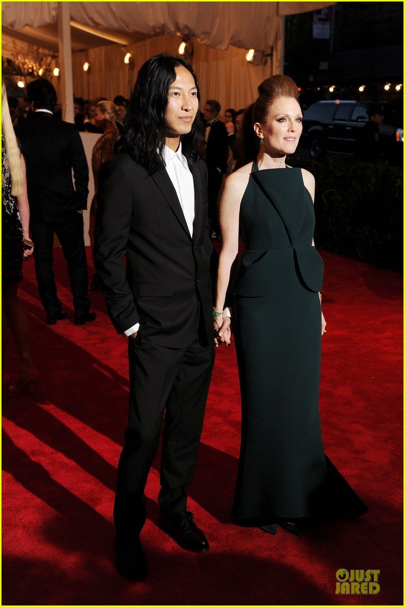 julianne moore met ball 2013 red carpet 012865758