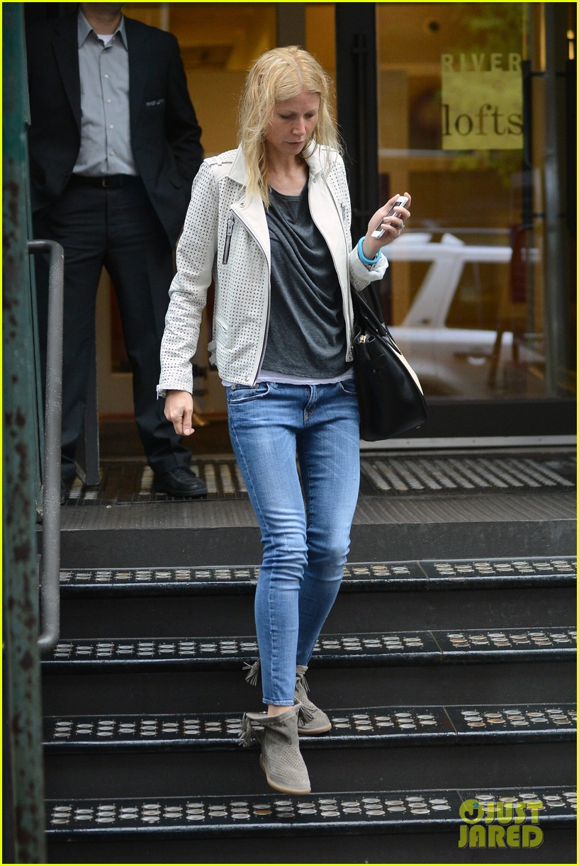 gwyneth paltrow gets caught in rain en route to photo shoot 012866709