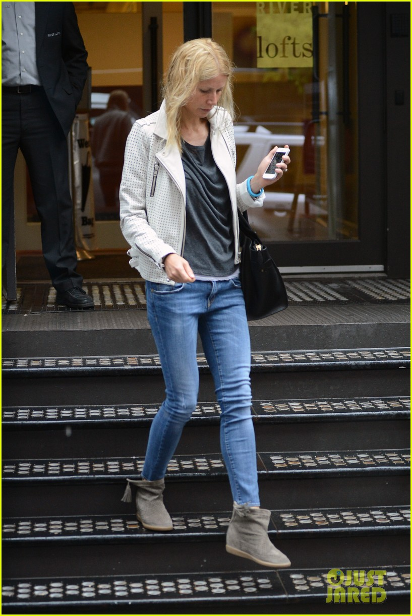 gwyneth paltrow gets caught in rain en route to photo shoot 132866721