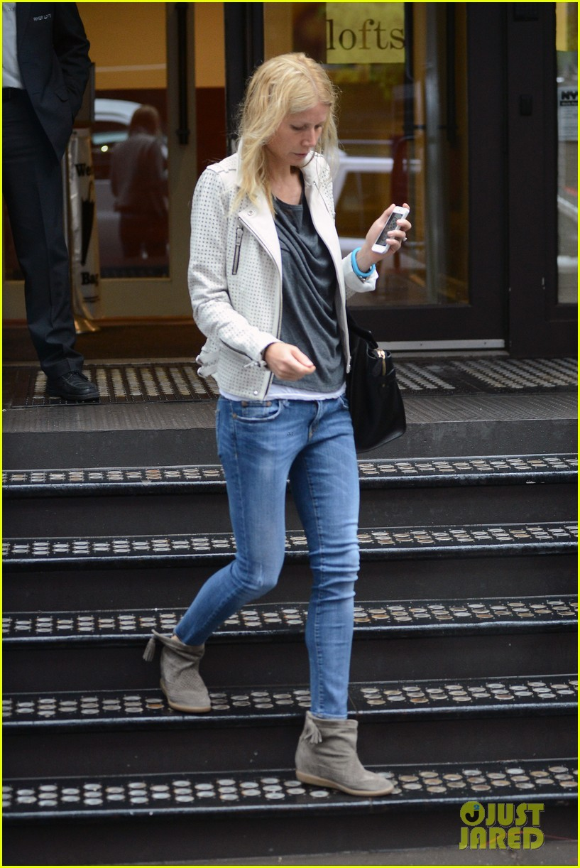 gwyneth paltrow gets caught in rain en route to photo shoot 142866722