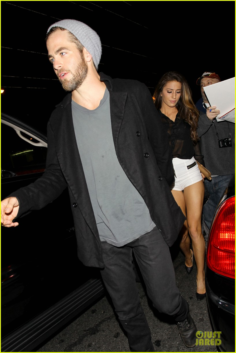 chris pine hold hands with mystery gal at bootsy bellows 18