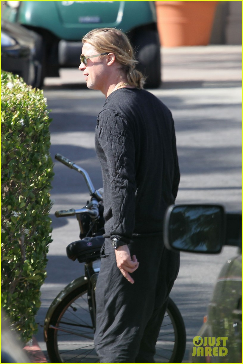 brad pitt steps out after angelina jolie double mastectomy 052871169