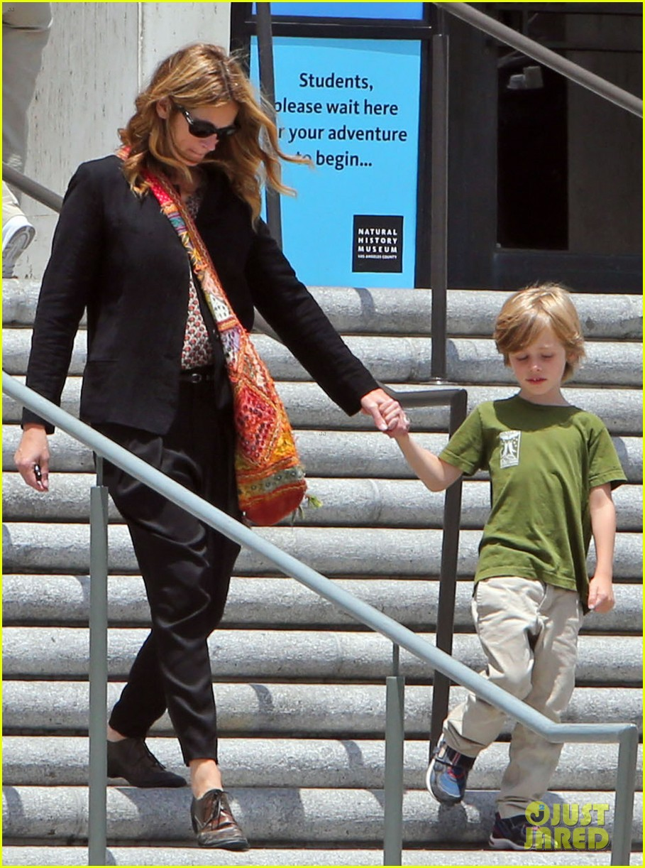 julia roberts natural history museum with son henry 072877793