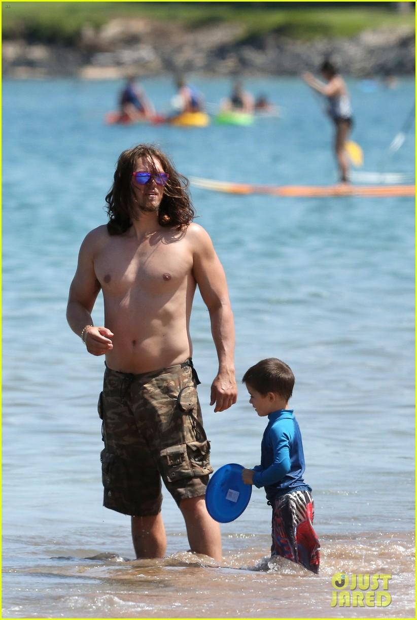 sarah shahi bikini family vacation with shirtless steve howey 052881145