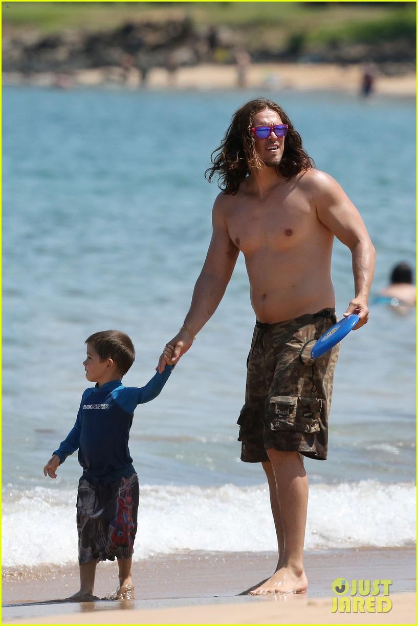 sarah shahi bikini family vacation with shirtless steve howey 092881149