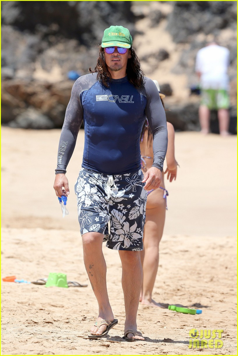 sarah shahi bikini family vacation with shirtless steve howey 18