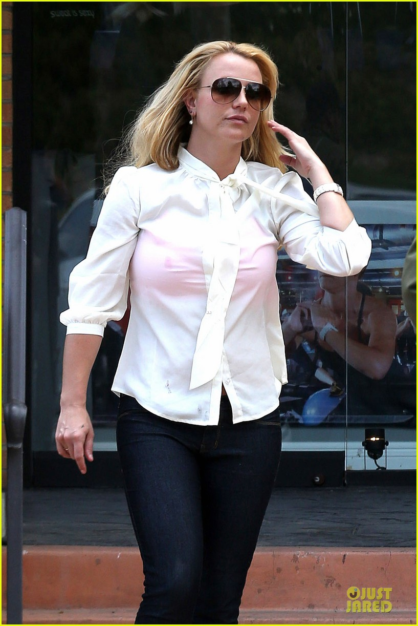 britney spears pink bra at coffee bean 18