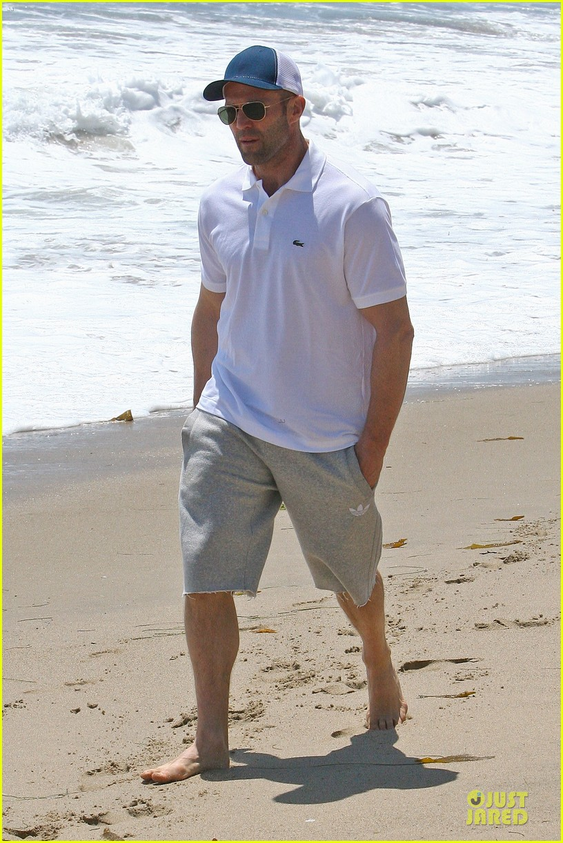 jason statham memorial day beach stroll 01