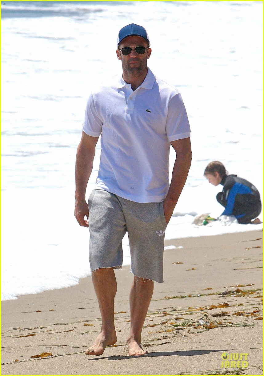 jason statham memorial day beach stroll 05