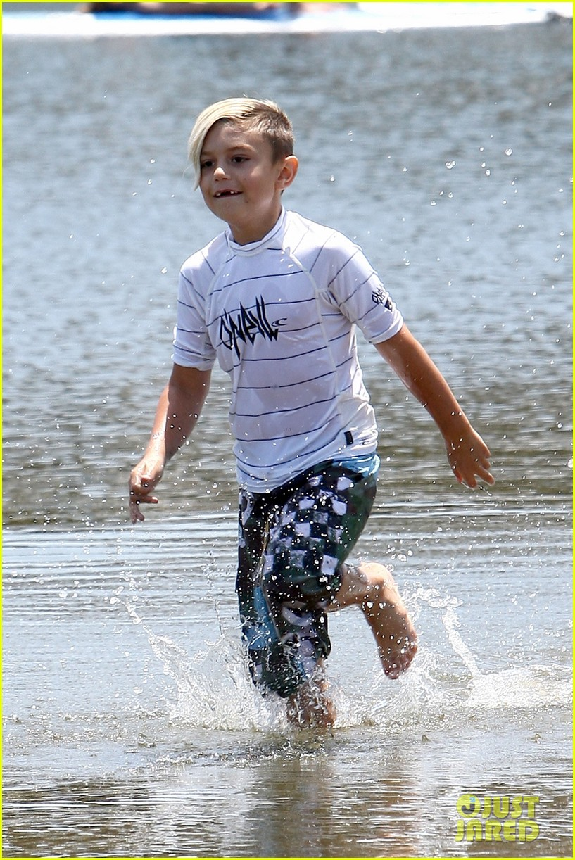 gwen stefani spends beach day with kingston zuma 022874460
