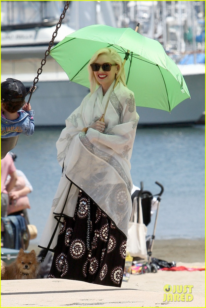 gwen stefani spends beach day with kingston zuma 142874472