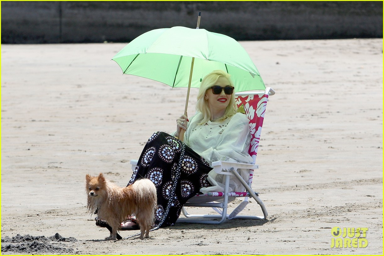 gwen stefani spends beach day with kingston zuma 152874473