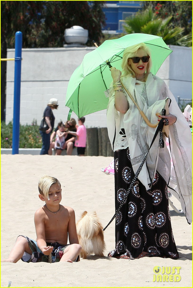 gwen stefani spends beach day with kingston zuma 162874474