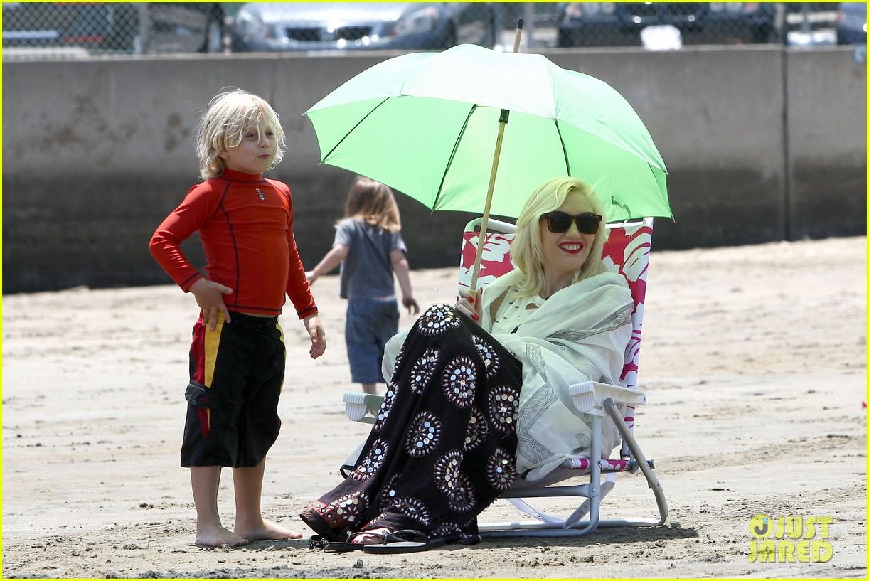 gwen stefani spends beach day with kingston zuma 182874476