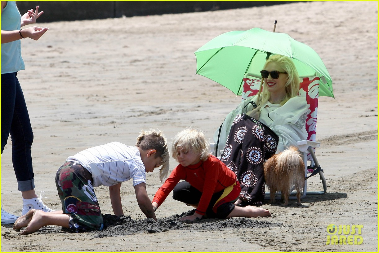 gwen stefani spends beach day with kingston zuma 22