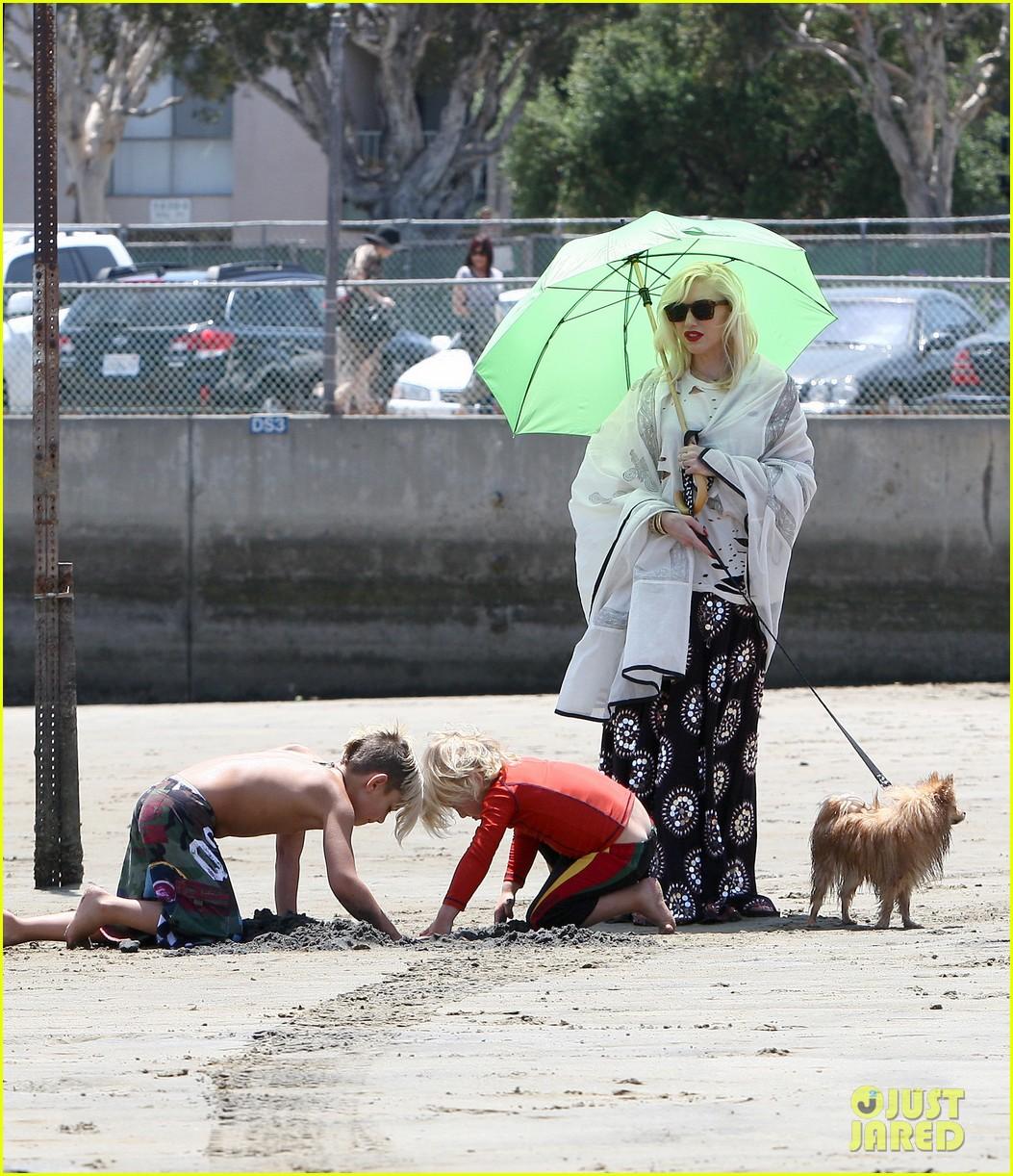 gwen stefani spends beach day with kingston zuma 23