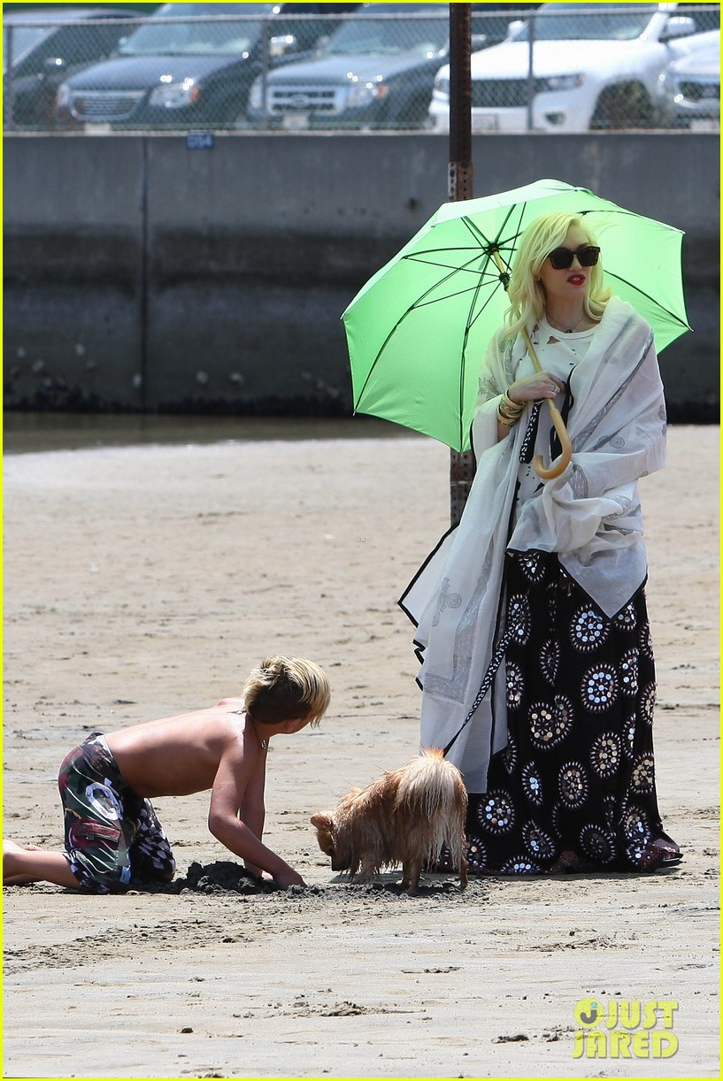 gwen stefani spends beach day with kingston zuma 252874483