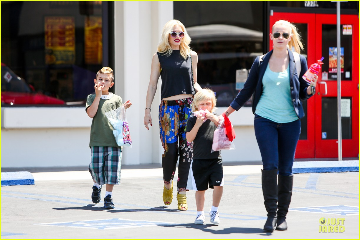 gwen stefani los angeles zoo bonding with zuma 082868830