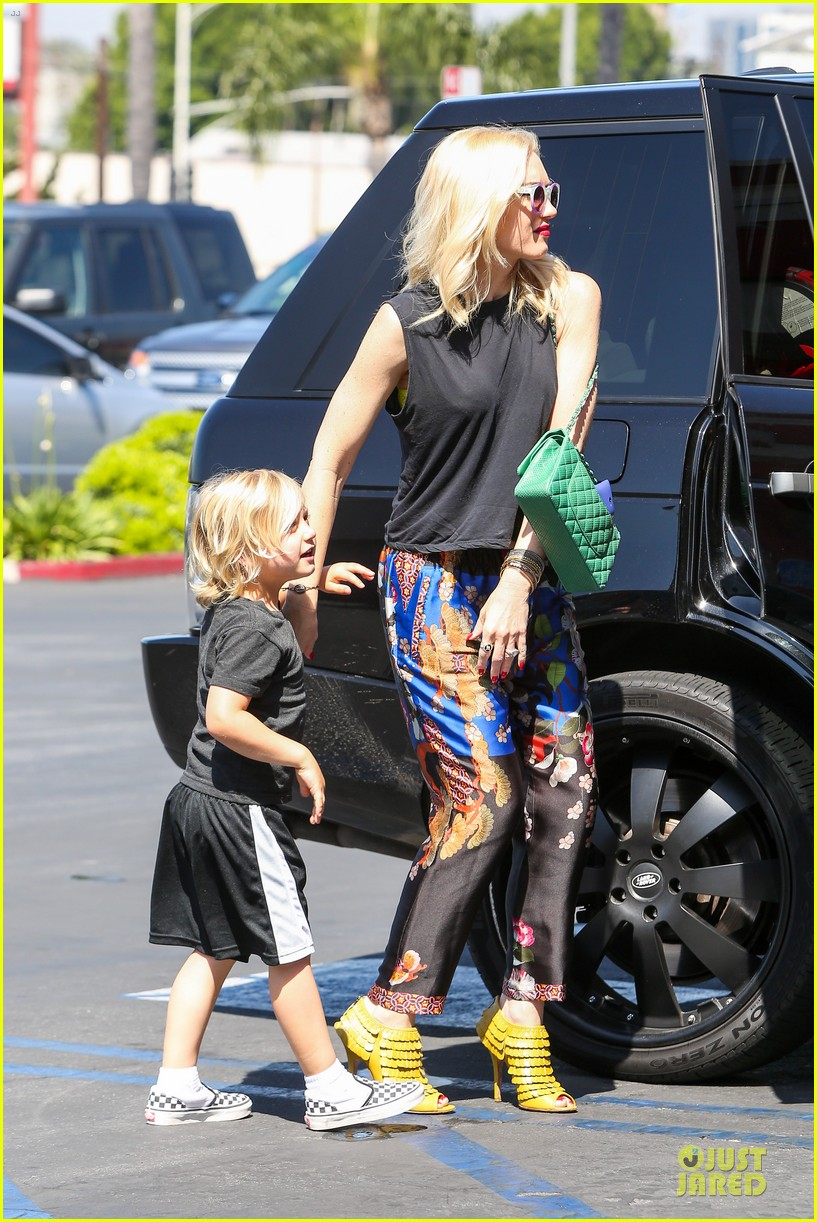 gwen stefani los angeles zoo bonding with zuma 102868832