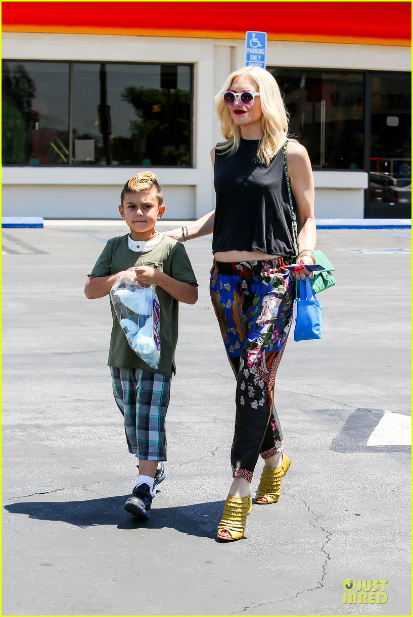 gwen stefani los angeles zoo bonding with zuma 122868834